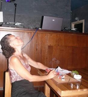 Писательница Ирина Петрова пускала дым в потолок и наслаждалась творческой атмосферой вечера