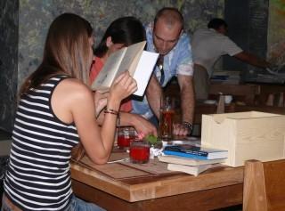 Книги - наши друзья, а не пленники! Не держите их на цепи, а отпустите путешествовать! Участники вечера принесли очень много книг! Словом, было из чего выбрать!
