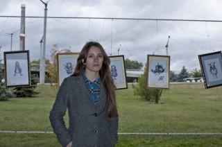 Мария Вдовиченко на фоне своих работ на выставке +/-15. Фото Инги Теликановой