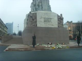 памятник Свободы украшает Ёлка