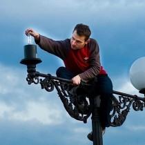 ...Власть - это дворник, который должен вкручивать лампочки в подъездах наших домов... (на фото - Александр Погребной на фестивале Тридцать второе мая)