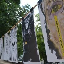 Фото с перформанса «Гепатит-фуршет» в Луганске